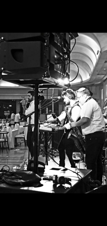 תמונה 3 מתוך חוות דעת על טוקסידוס - להקה לחתונה - תקליטנים